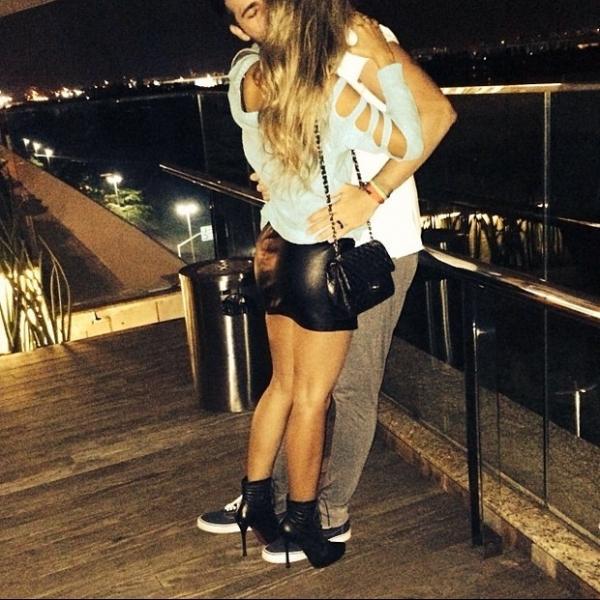 Ex-BBB Adriana posta foto quente com Rodrigão: