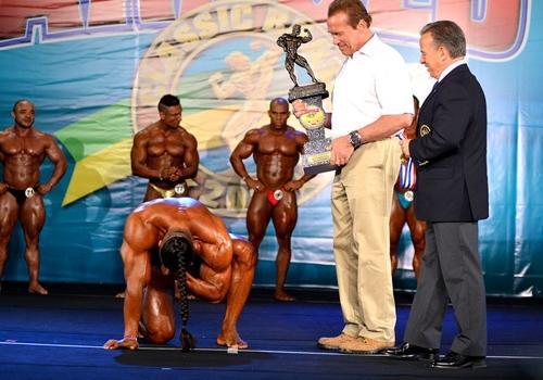 Força Bruta: melhor no amador chora e se ajoelha diante de Schwarzenegger