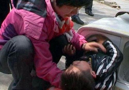 Menino de 2 anos é resgatado por bombeiros ao ficar preso em máquina de lavar