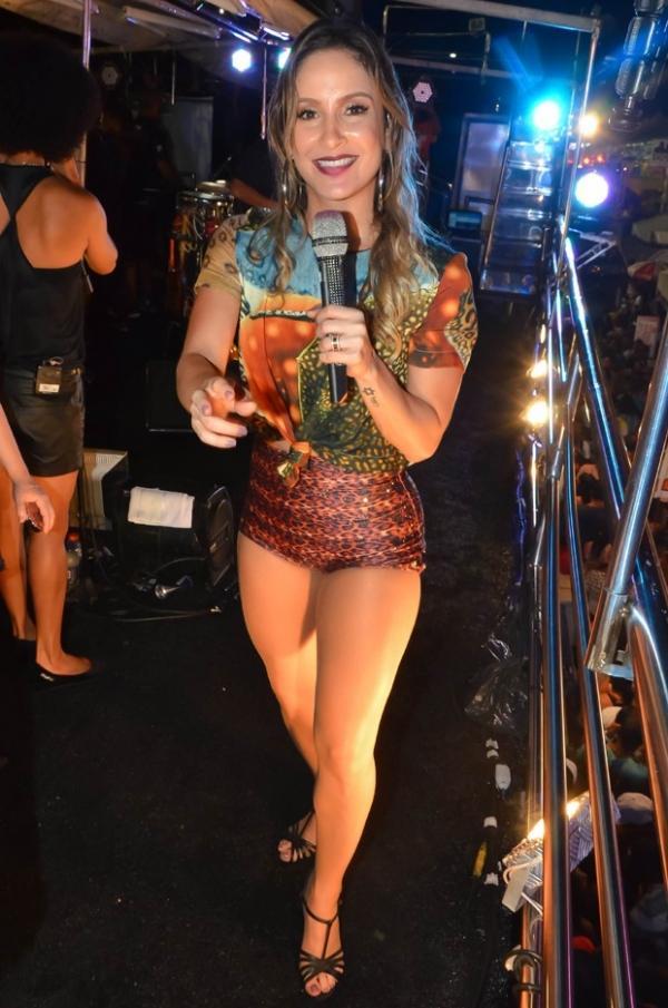 De microshort, Claudia  Leitte exibe a boa forma em apresenta鈬o na Bahia