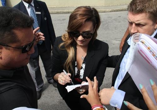 Demi Lovato atende os seus fãs na saída de hotel no Rio