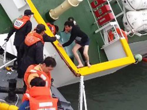 Fotos mostram o momento em que capit縊 abandonou a barca Sewol