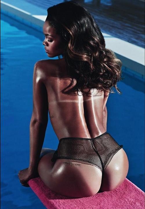 Com bronze forçado, Rihanna posa completamente nua para revista