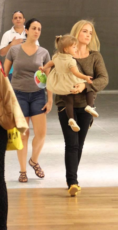Com Eva no colo, Angélica leva filhos para passear em shopping carioca