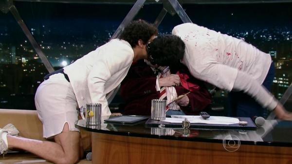 Jô Soares surpreende com beijo gay triplo em programa da Globo