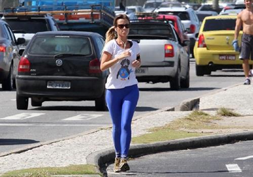 Juliana Didone corre na orla da Barra da Tijuca