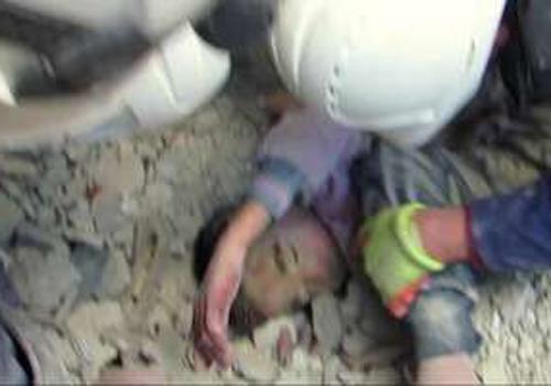 Síria: criança é retirada com vida dos escombros depois de ataque