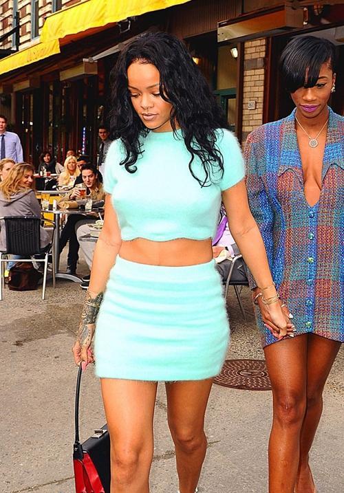 Sem sutiã, Rihanna deixa seios em evidência com look sensual em NY