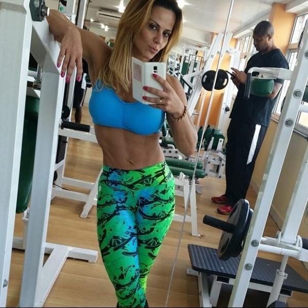 Viviane Ara仼o exibe barriga sequinha