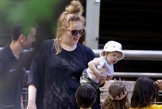 Adele compra casinha de brinquedo de R$ 56 mil para o filho, diz site