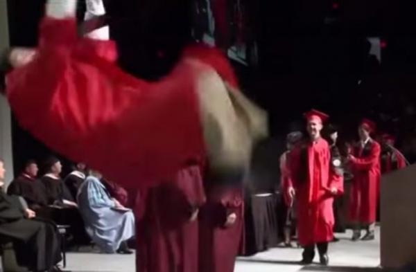 Aluno tenta salto mortal ao receber diploma e