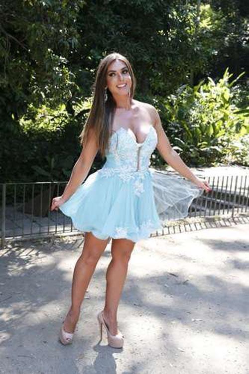 Bad look: Nicole Bahls usa um vestido que aumenta a cintura