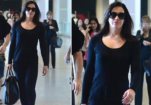 Com look total black, Cláudia Raia embarca no Rio de Janeiro
