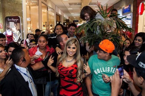Ex-BBB Vanessa faz sucesso e causa tumulto em inauguração de loja