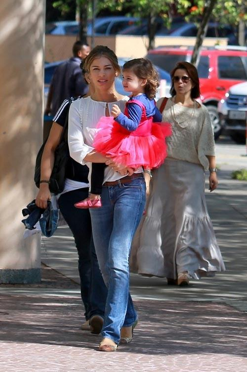 Grazi Massafera passeia com a filha