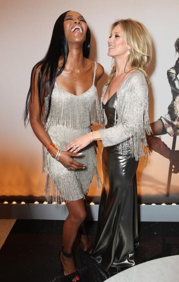 Kate Moss usa vestido decotado de sua coleção para noite com tops