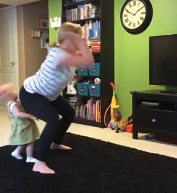Mulher se empolga com dan軋 e atinge beb com