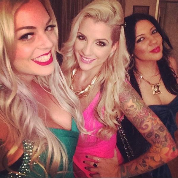 Sem Vanessa, ex-BBB Clara badala de vestidinho com Mayra Dias Gomes nos EUA