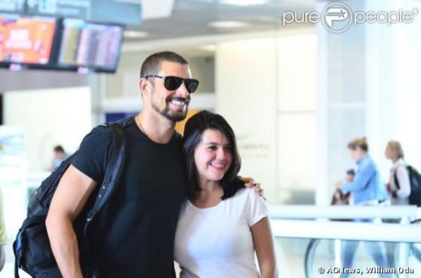 Cauã Reymond esbanja simpatia e posa sorridente com fãs em aeroporto do Rio