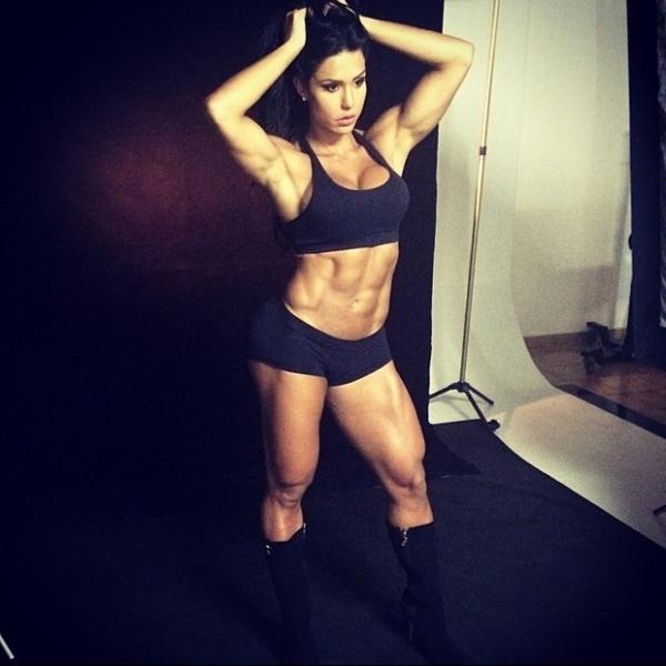 Gracyanne Barbosa mostra corpo musculoso em bastidores de ensaio