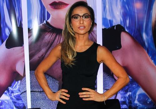Sabrina Sato provoca alvoroço ao chegar em feira para apresentar coleção de óculos