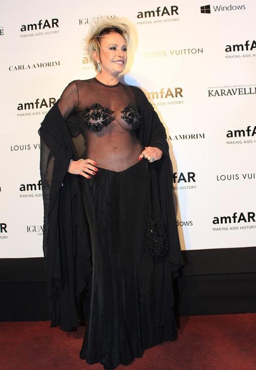 Ana Maria Braga usa look ousado e transparente em baile de gala