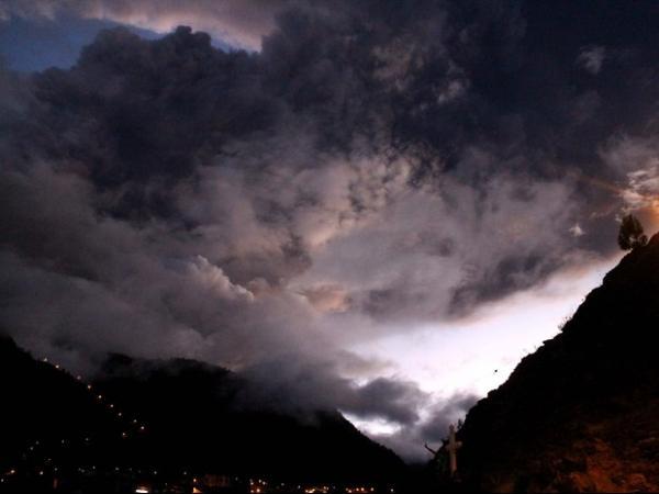 Forte explosão em vulcão lança rochas e cinzas no Equador