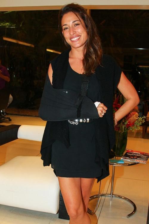 Gisele Itié vai a salão de beleza um mês após acidente na lua de mel