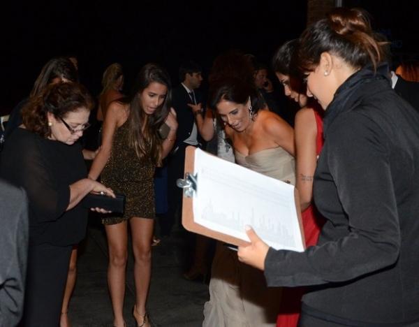 Glória Pires se assusta com barata ao chegar para festa de casamento