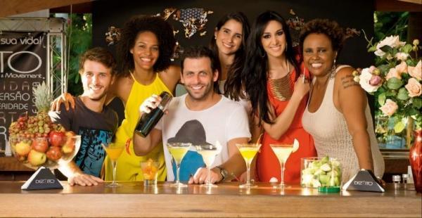 Henri Castelli recebe famosos em coquetel com saborosos drinques do seu bar