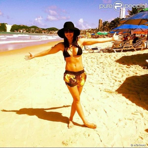 Kyra Gracie, grávida de Malvino Salvador, posta foto com barriga sarada