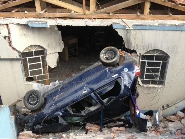 Motorista perde o controle, e carro com cinco pessoas invade igreja