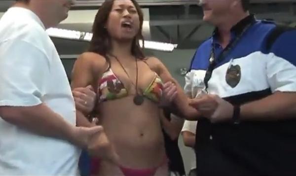 Mulher de biquíni leva carga de arma de choque para conseguir doações