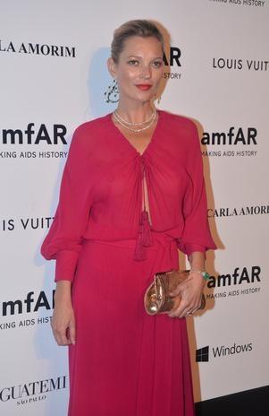 Sem sutiã, Kate Moss usa vestido transparente em baile no BR