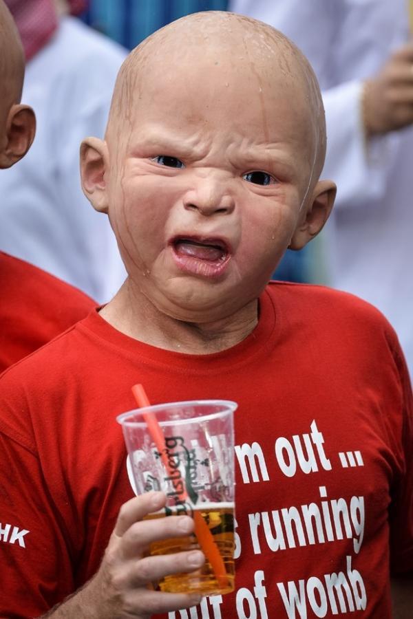Torcedores usam máscaras realistas de bebê em jogo de rugby na China