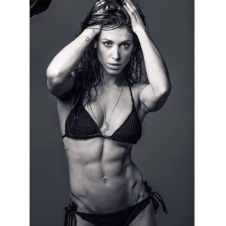 Bella Falconi mostra bumbum sarado e incentiva fãs: ?Por que você não conseguiria??