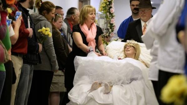 Meses ap descobrir c穗cer terminal nos ossos, mulher se casa em hospital
