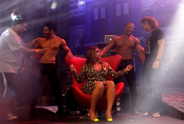Netinho volta aos palcos em show no Rio e se emociona com recado de Gil
