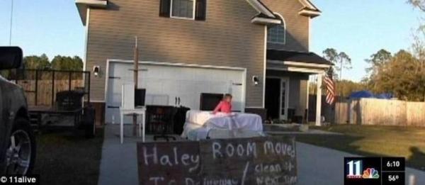 Pai revoltado coloca quarto da filha bagunceira na rua