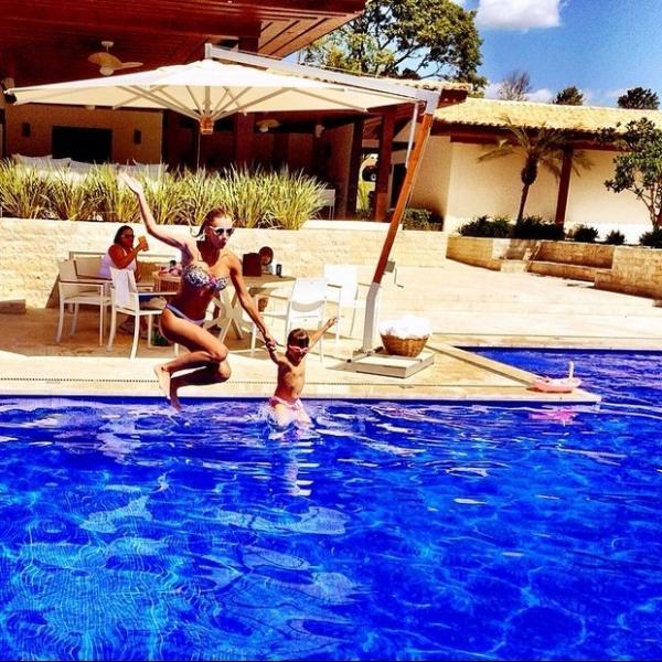 Rafinha Justus brinca com namorada do pai na piscina
