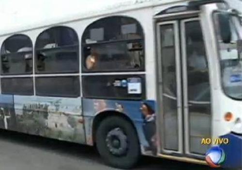 Estudante pula de ônibus para escapar de assalto e morre