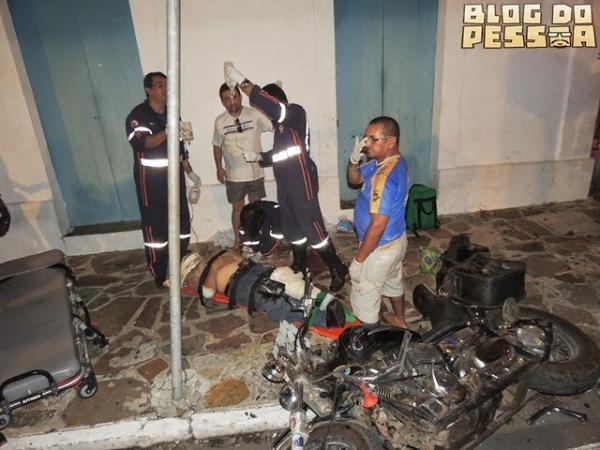 Grave colisão entre moto e carro em frente a Casa Grande deixa motociclista com fratura exposta