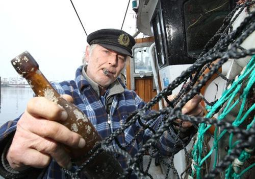 Pescadores acham mensagem de 101 anos em garrafa na Alemanha