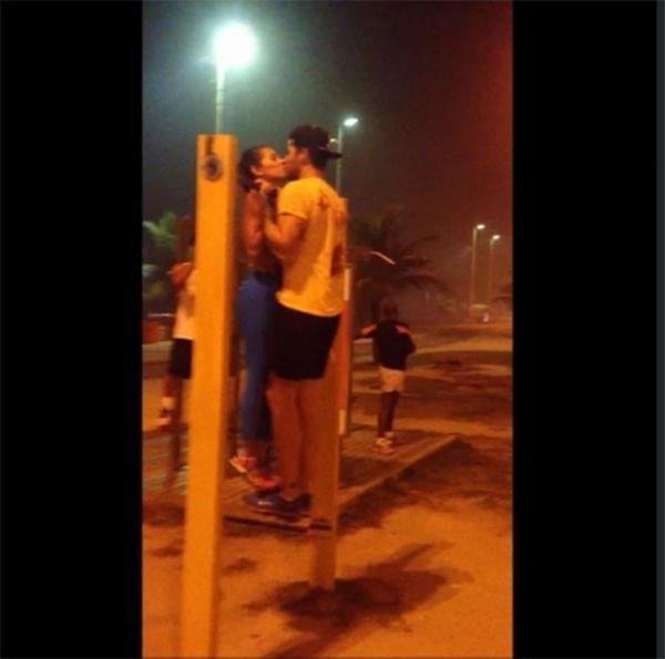 Adriana e Rodrigão fazem barra e se beijam quando atingem o topo