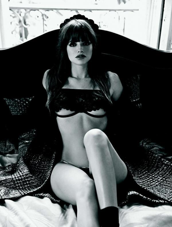 Atriz global Agatha Moreira posa sexy para capa de revista