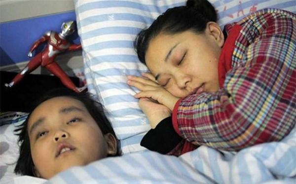 Criança de 7 anos com câncer terminal tem último desejo, de doar rim para própria mãe, atendido pelos médicos