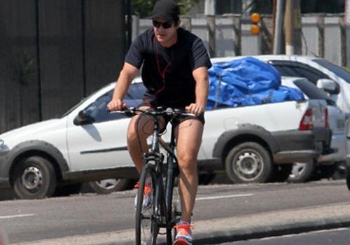 Murilo Benício adota a bicicleta em sua rotina e pedala pela orla