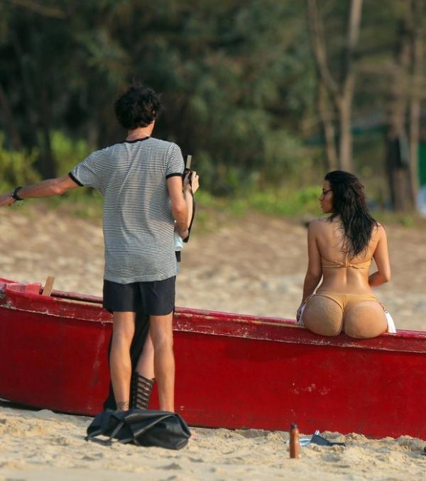 Olha o popozão! Kim Kardashian posa de biquíni em praia na Tailândia