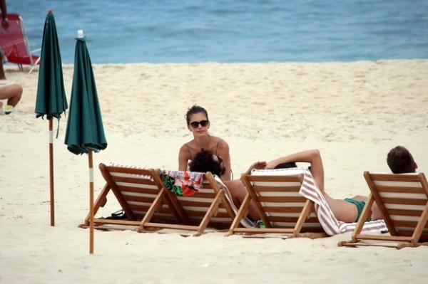 Carol Francischinni curte dia de sol em praia carioca com grupo de amigos  - Imagem 3