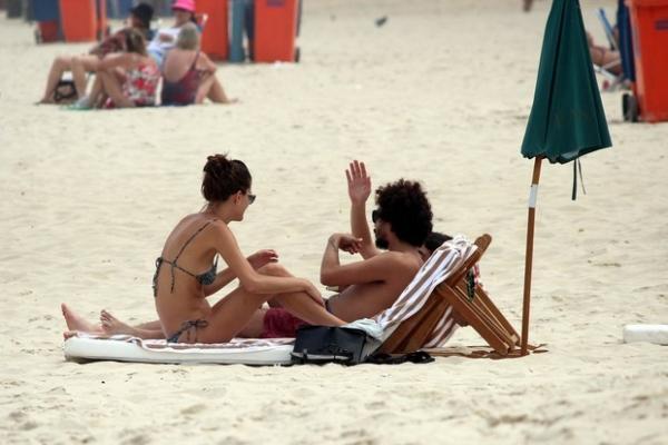 Carol Francischinni curte dia de sol em praia carioca com grupo de amigos  - Imagem 7